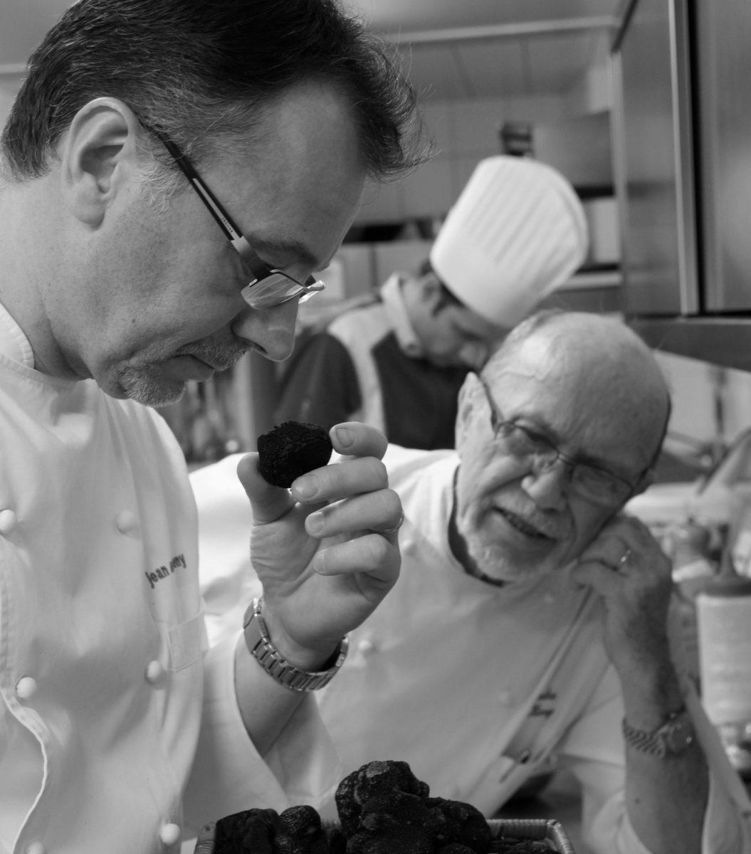 Une image avec nos 3 générations de cuisiniers : André KIENY - Jean-Marc KIENY - Guillaume BRETA le nouveau chef
